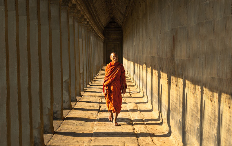 buddhist-monk-hallway-pillars-solitude